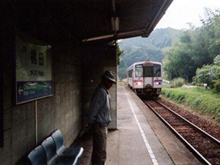梶田駅に入線する福塩線各停三次行