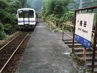 長谷駅から出て行く三江線各停浜原行き