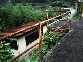 長谷駅ホームから一段低いところに見える待合室